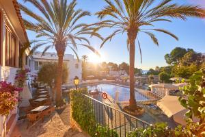 Uitzicht op het zwembad bij Gavimar Cala Gran Hotel and Apartments of in de buurt