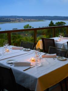 A restaurant or other place to eat at Lago Montargil & Villas
