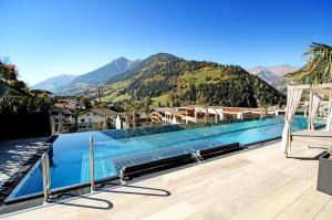 Der Swimmingpool an oder in der Nähe von Stroblhof Active Family Spa Resort