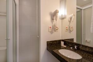 A bathroom at Express Vieiralves