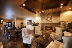 A seating area at Scottsdale Plaza Resort