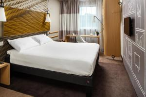 A bed or beds in a room at ibis Glasgow City Centre – Sauchiehall St