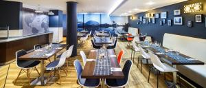 A restaurant or other place to eat at ibis Glasgow City Centre – Sauchiehall St