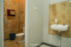 Kamar mandi di M Stay Guest House Jogja