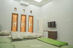 Tempat tidur dalam kamar di M Stay Guest House Jogja