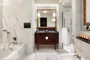 A bathroom at Island Shangri-La Hong Kong