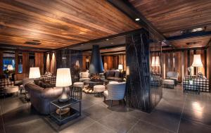 The lounge or bar area at Le Massif - The Leading Hotels of the World