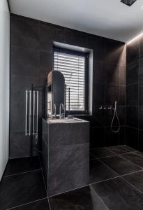 A bathroom at Apartmánový dům U Tomana