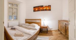 Ein Bett oder Betten in einem Zimmer der Unterkunft Golden sheep Apartments near Charles Bridge