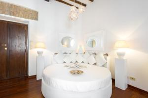 A bed or beds in a room at BBHOMEROME - Ghetto Campo dei Fiori Luxury white rooms