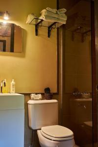 A bathroom at BE Jardin Escondido By Coppola