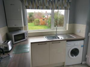A kitchen or kitchenette at 3 Bedroom House Coventry - Hosted by Coventry Accommodation