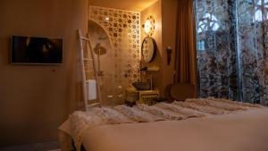 A bed or beds in a room at Hotel Bizar Bazar