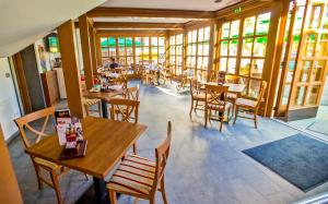 A restaurant or other place to eat at Guest House Pri Cesarju