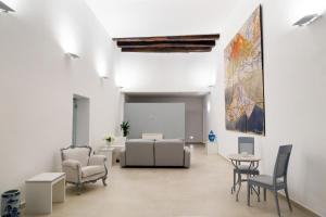A seating area at Il Tesoro Smart Suite & SPA