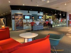 The lounge or bar area at ibis Honfleur