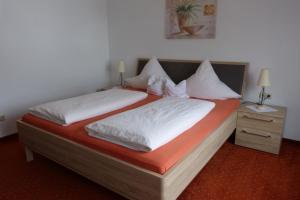 Ein Bett oder Betten in einem Zimmer der Unterkunft Cafe-Pension Waldesruh