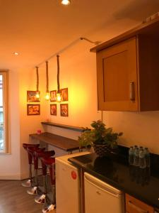 A kitchen or kitchenette at Archway Apartment
