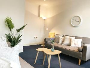A seating area at Archway Apartment
