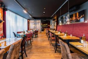 A restaurant or other place to eat at pentahotel Derby
