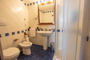 A bathroom at Park Hotel