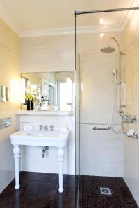 A bathroom at Hôtel Regina Louvre