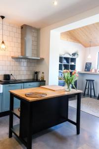 Een keuken of kitchenette bij Bij Jans B&B
