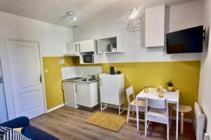 A kitchen or kitchenette at Les Appartements d'Edmond Sylvabelle