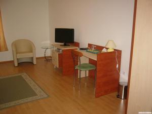 Televízia a/alebo spoločenská miestnosť v ubytovaní Penzion da Giacomo