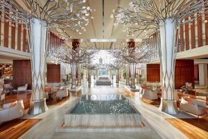المسبح في Mandarin Oriental Jumeira, Dubai أو بالجوار