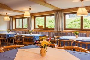 Ein Restaurant oder anderes Speiselokal in der Unterkunft Allgäu Ferienhaus Strobel