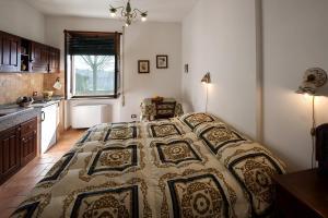 سرير أو أسرّة في غرفة في Agriturismo Fattoria Poggio Boalaio