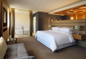 Кровать или кровати в номере Шератон Палас Москва