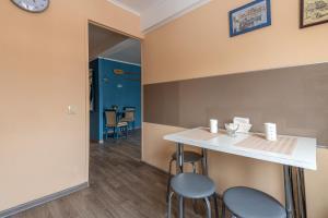 Кухня или мини-кухня в FlatHome24 на Шаумяна 53