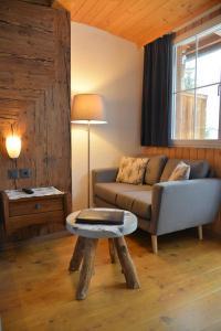 Ein Sitzbereich in der Unterkunft Chalet Hotel Adler