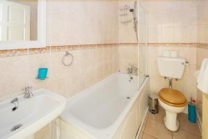 A bathroom at Welcoming Flat