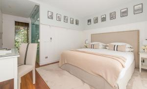 A bed or beds in a room at Cascais Casa Laranja Guesthouse