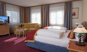 A bed or beds in a room at Luitpoldpark-Hotel
