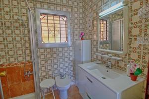 Un baño de Holiday Apartment Levante Beach