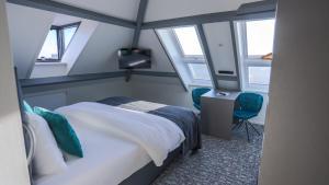 A bed or beds in a room at Hotel en privé-wellness De Nieuwe Doelen
