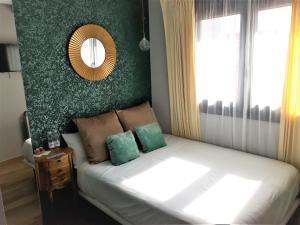 A bed or beds in a room at Pensión Los Patios de Santander