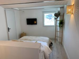 A bed or beds in a room at Place aux huiles