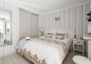 Кровать или кровати в номере Studio Cannes Imperial rue Antibes