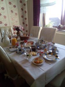 Ein Restaurant oder anderes Speiselokal in der Unterkunft Pension Breitbach