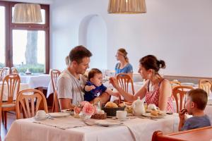 Ein Restaurant oder anderes Speiselokal in der Unterkunft Seewirt & Haus Attila