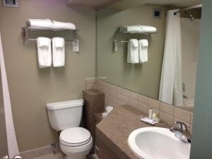 Ванная комната в Stonebridge Hotel Fort St. John