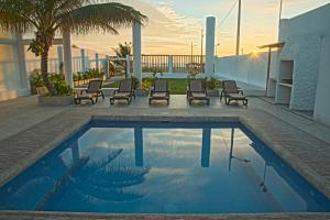 The swimming pool at or near Hotel La Ría Playas