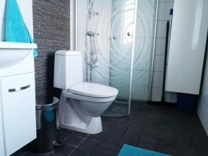 A bathroom at Skatauddens Lantgård