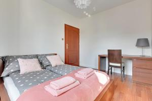 A bed or beds in a room at Apartament Sopot