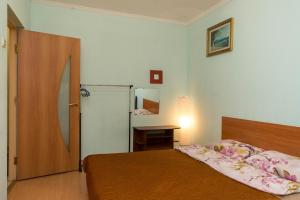 A bed or beds in a room at 1-ком в Центре (Театр оперы и балета)
